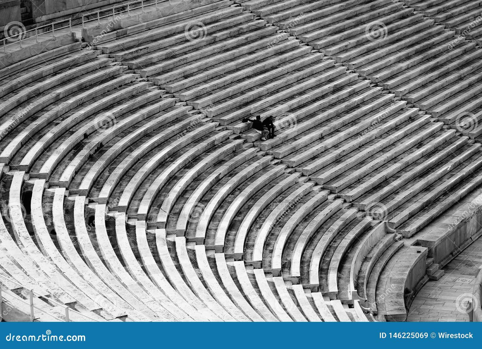 Asientos grandes de un estadio con pocas personas