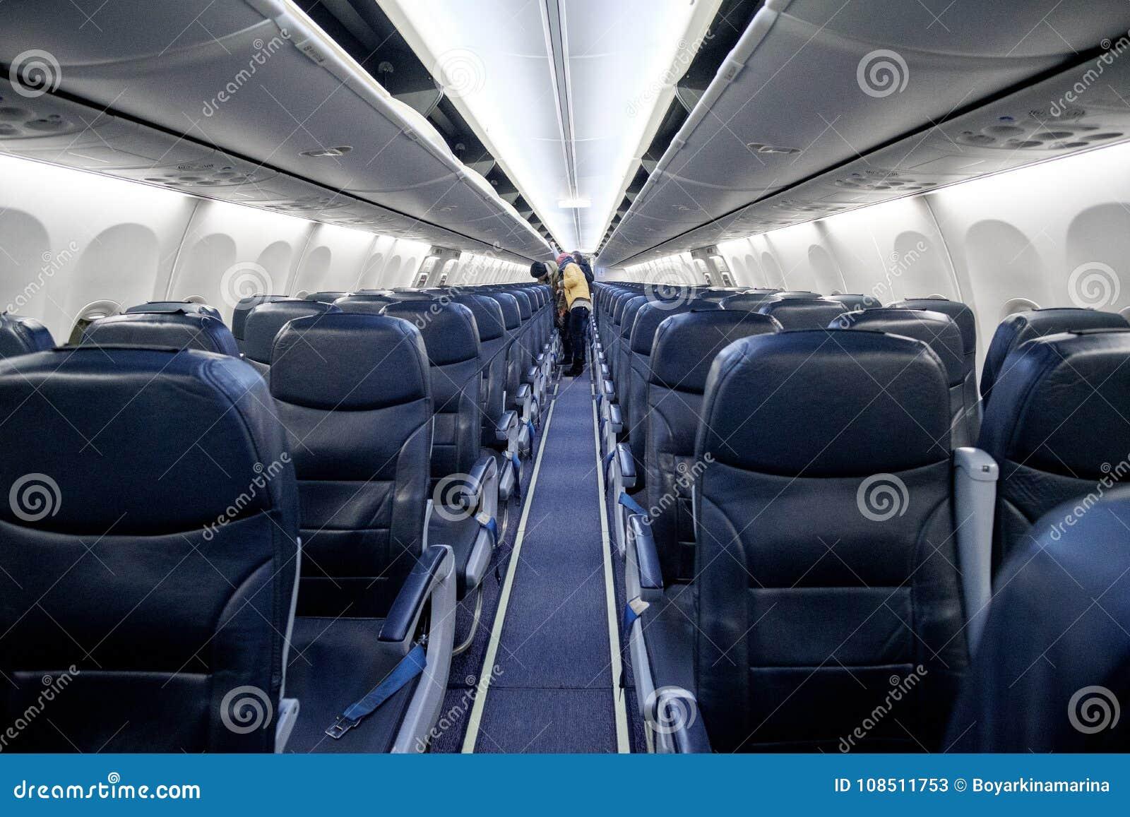 Asientos vacíos del aeroplano del pasajero en la cabina del avión