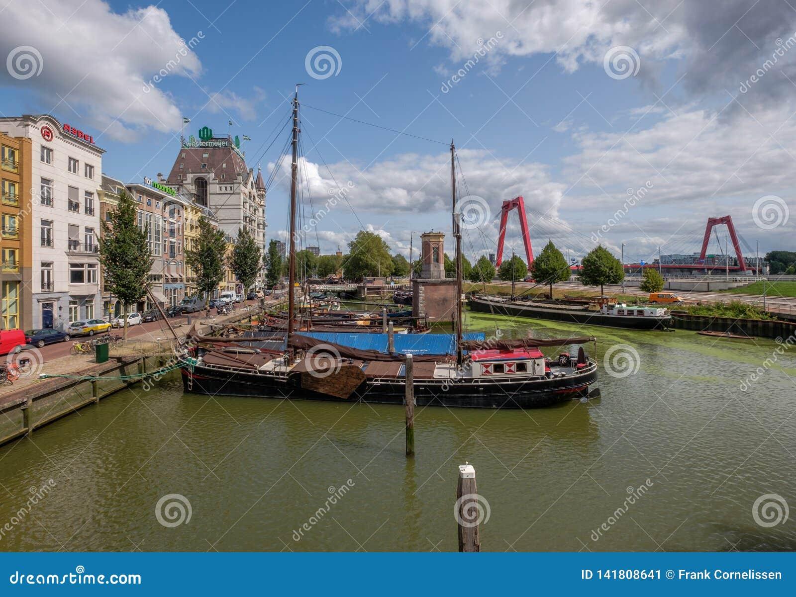 Asilo histórico de Oude con las naves viejas en el centro de ciudad de Rotterdam
