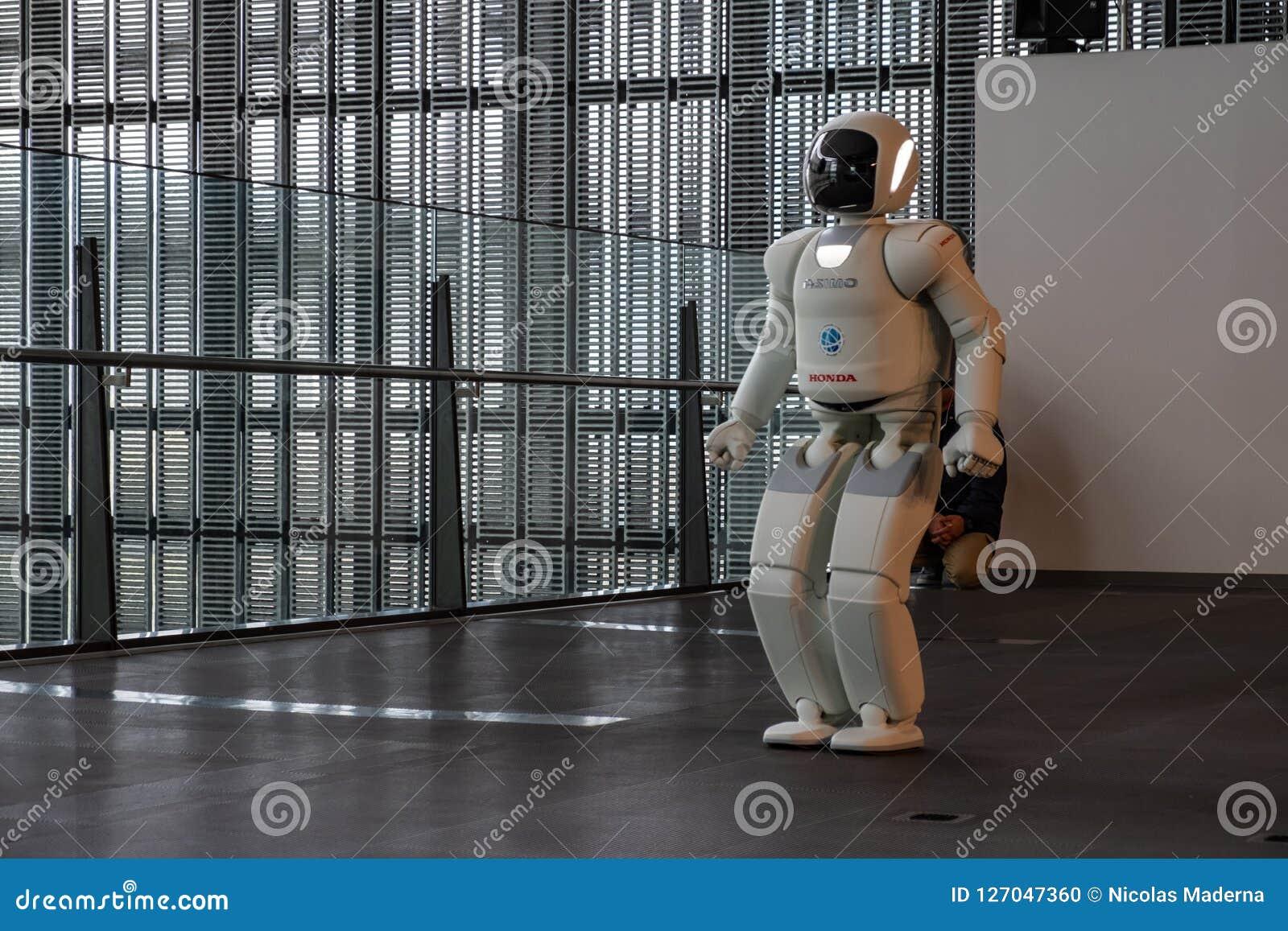 Asimo Honda robota spełniania przedstawienie w Miraikan muzeum narodowym Wyłaniać się naukę i innowację