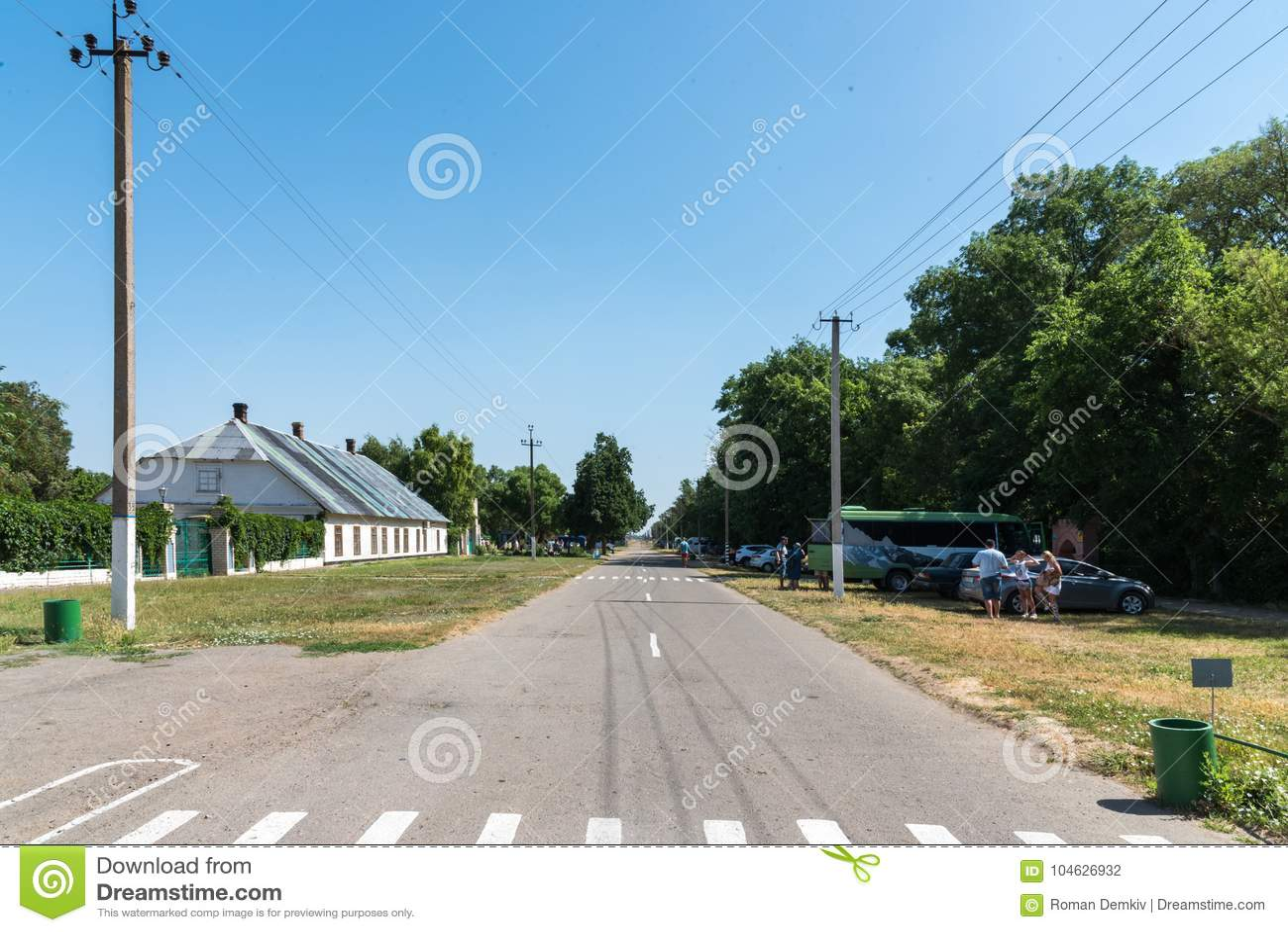 Download Askania-nova, Kherson-gebied, De Oekraïne - Juli 01, 2017: Entral Straat Ñ  Van Nationale Reserve Askania-Nova, De Oekraïne Redactionele Fotografie - Afbeelding bestaande uit gras, arboretum: 104626932