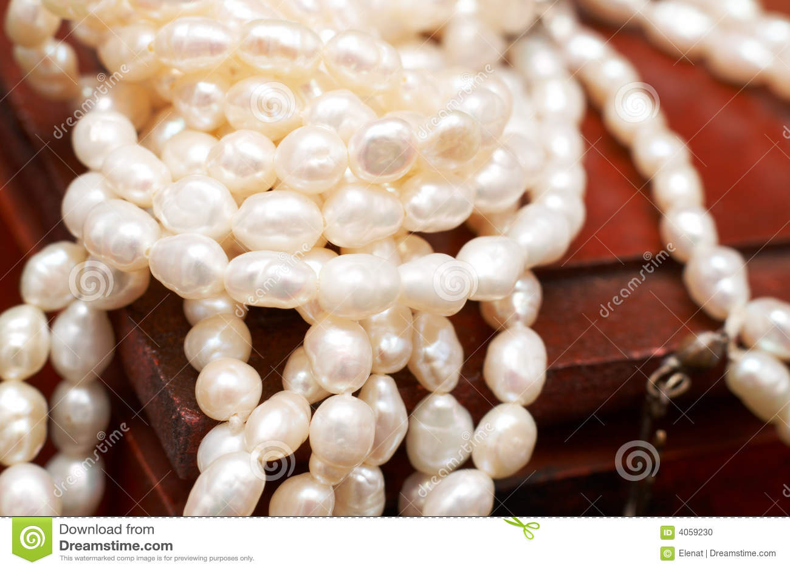 Asken pryder med pärlor vitt trä för den verkliga floden