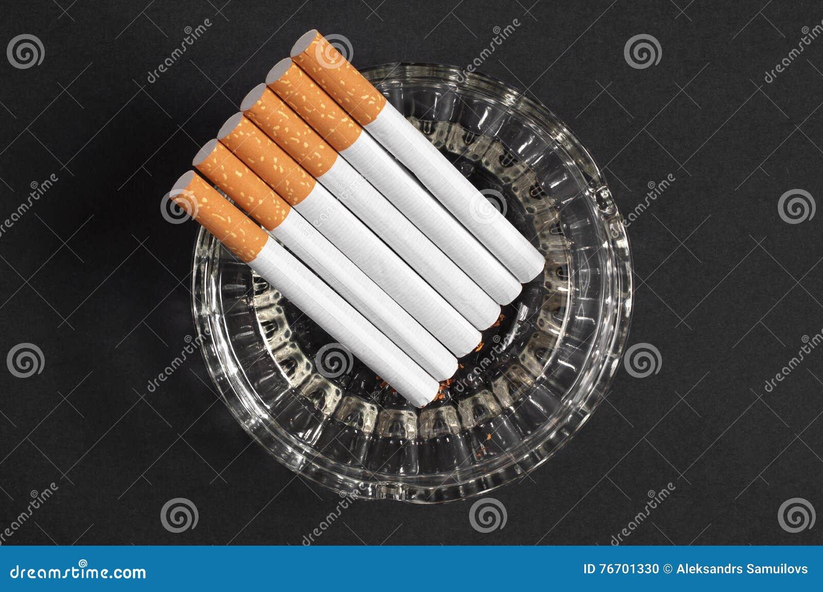 Askfat med cigaretter