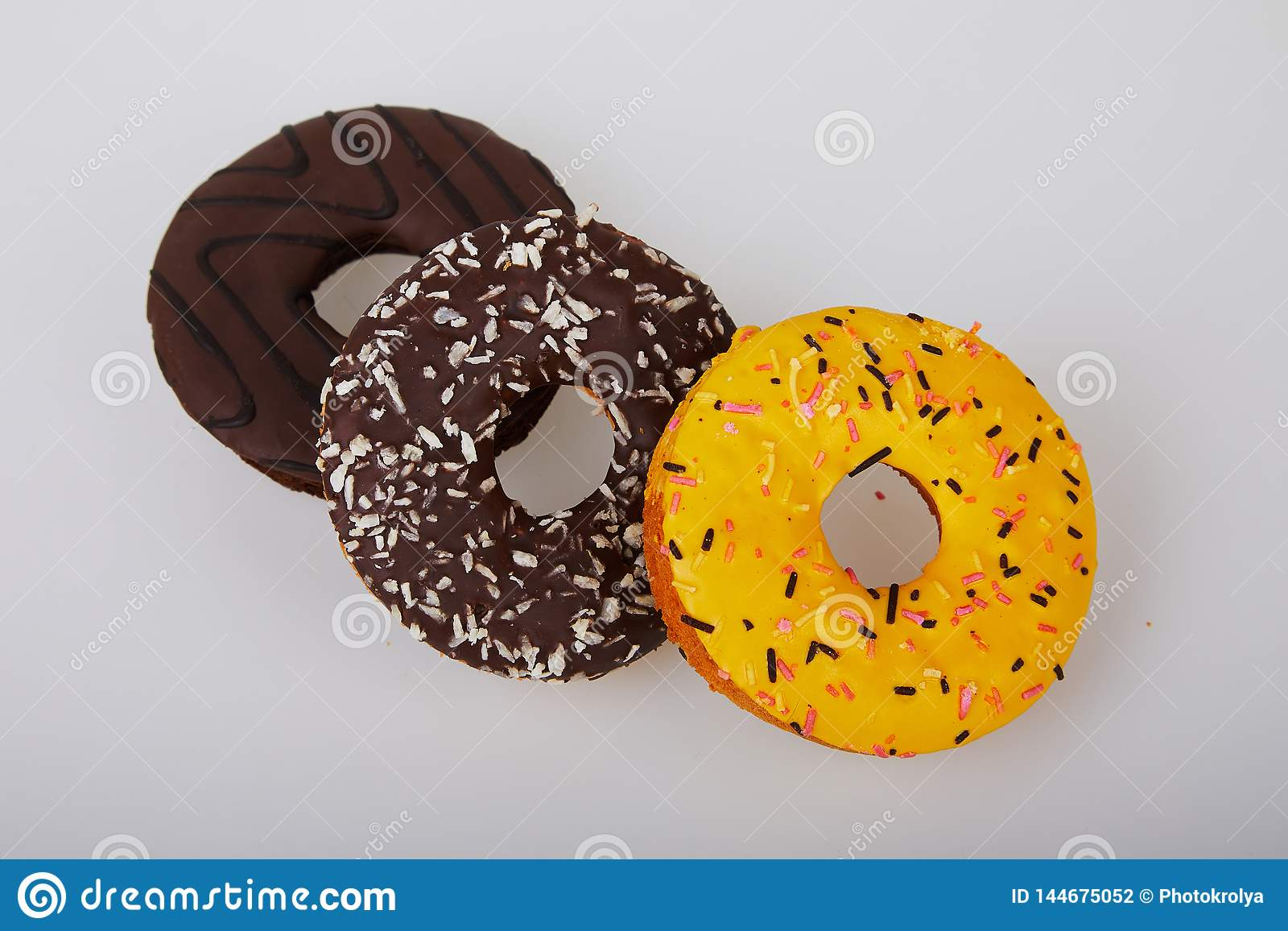 Asortowani donuts z czekoladą oszroniejącą, kolor żółty glazurowali donuts i kropią