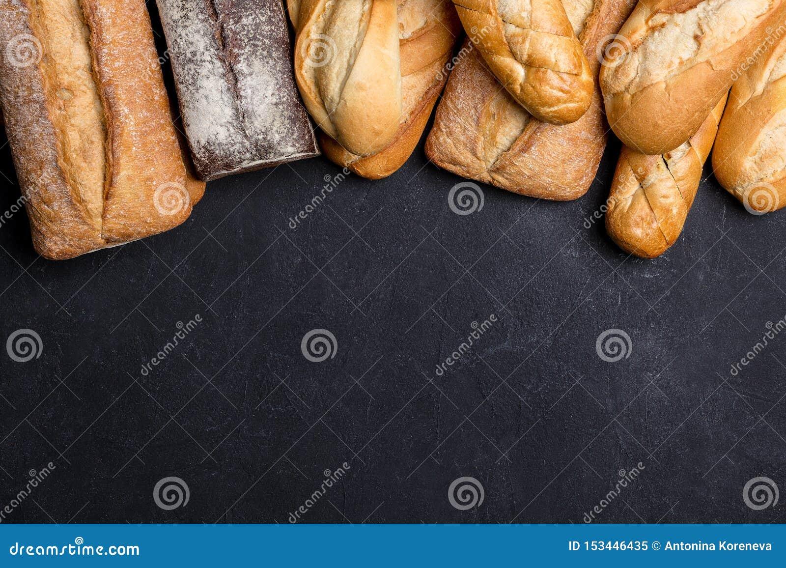 Asortyment świeży chleb na ciemnym tle