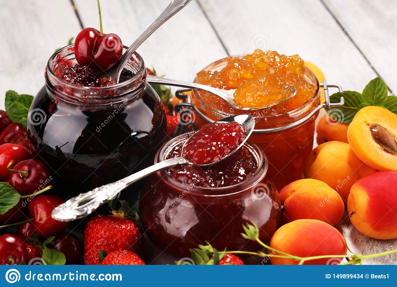 Asortyment d?emy, sezonowe jagody, morela, mennica i owoc, marmoladowy lub confiture