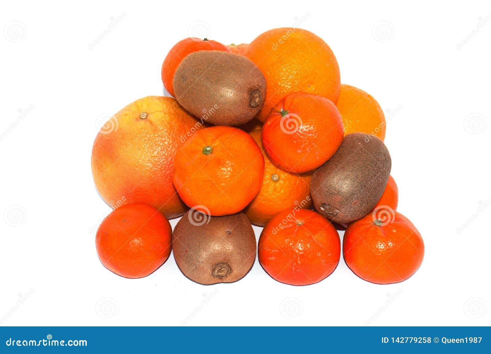 Asortyment egzotyczne owoc na białym tle Mnóstwo kiwi, pomarańcze, mandarynka i grapefruits, składaliśmy w rozsypisku