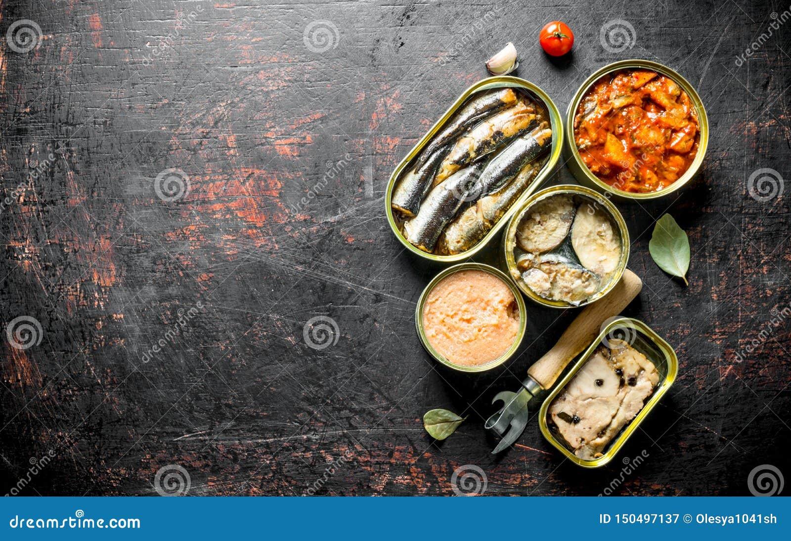 Asortyment konserwować jedzenie w otwartych aluminiowych puszkach