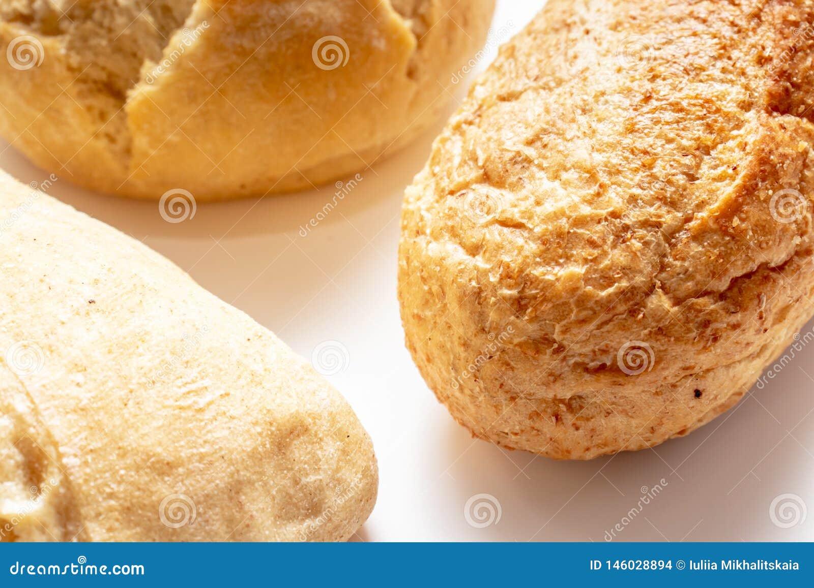 Asortyment, r??na banatka typ piec chleb z z?ot? skorup? na stole