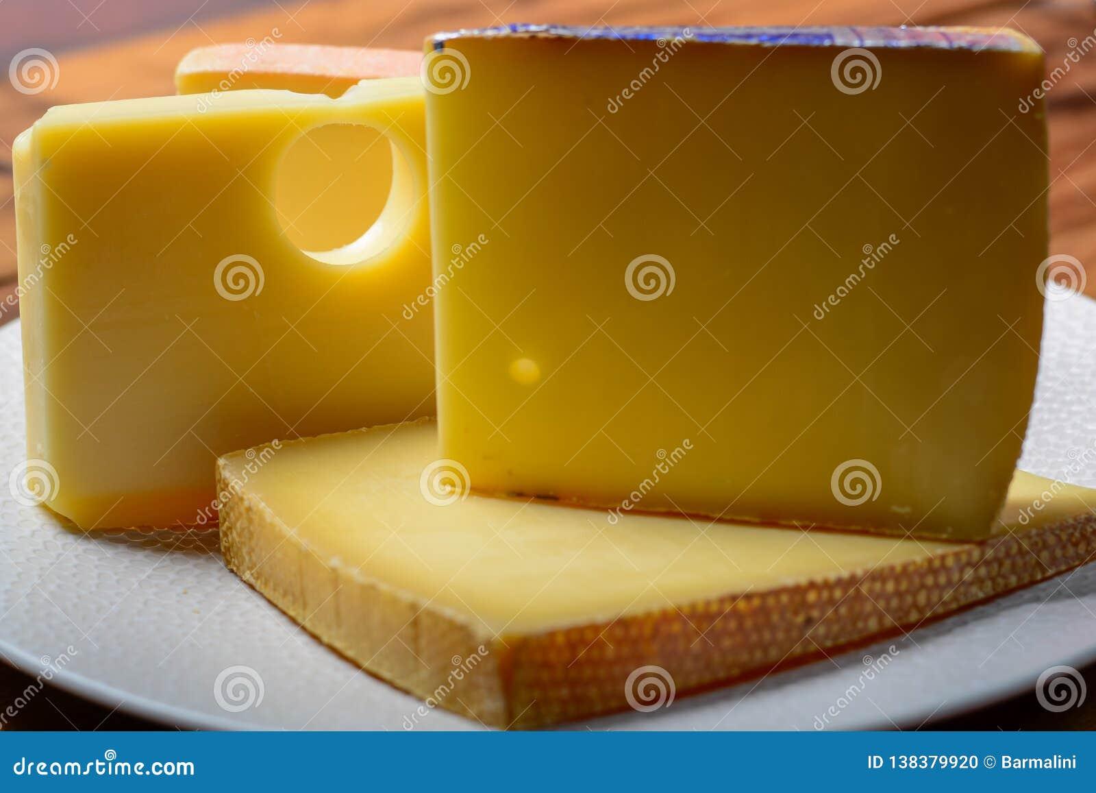 Asortyment Szwajcarscy sery Emmental lub Emmentaler ciężki ser z round dziurami, Gruyere, appenzeller i raclette używać dla,