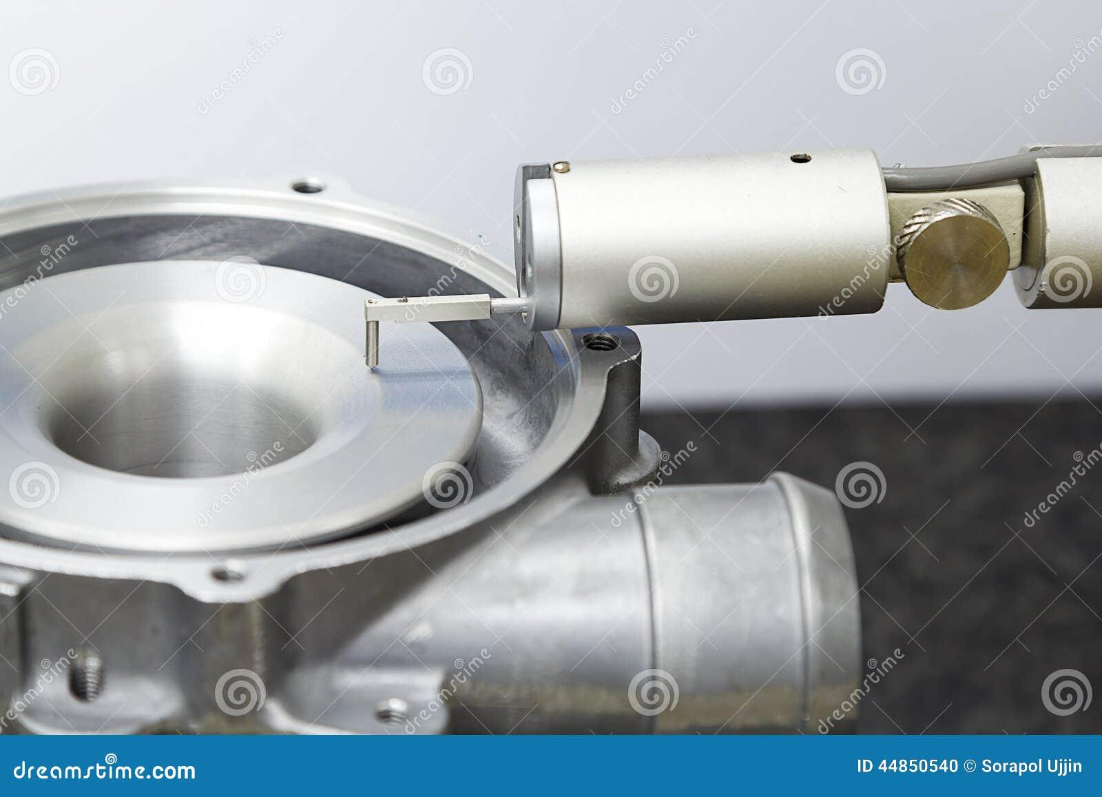 Aspérité de turbo d inspection d opérateur par l appareil de contrôle de rugosité