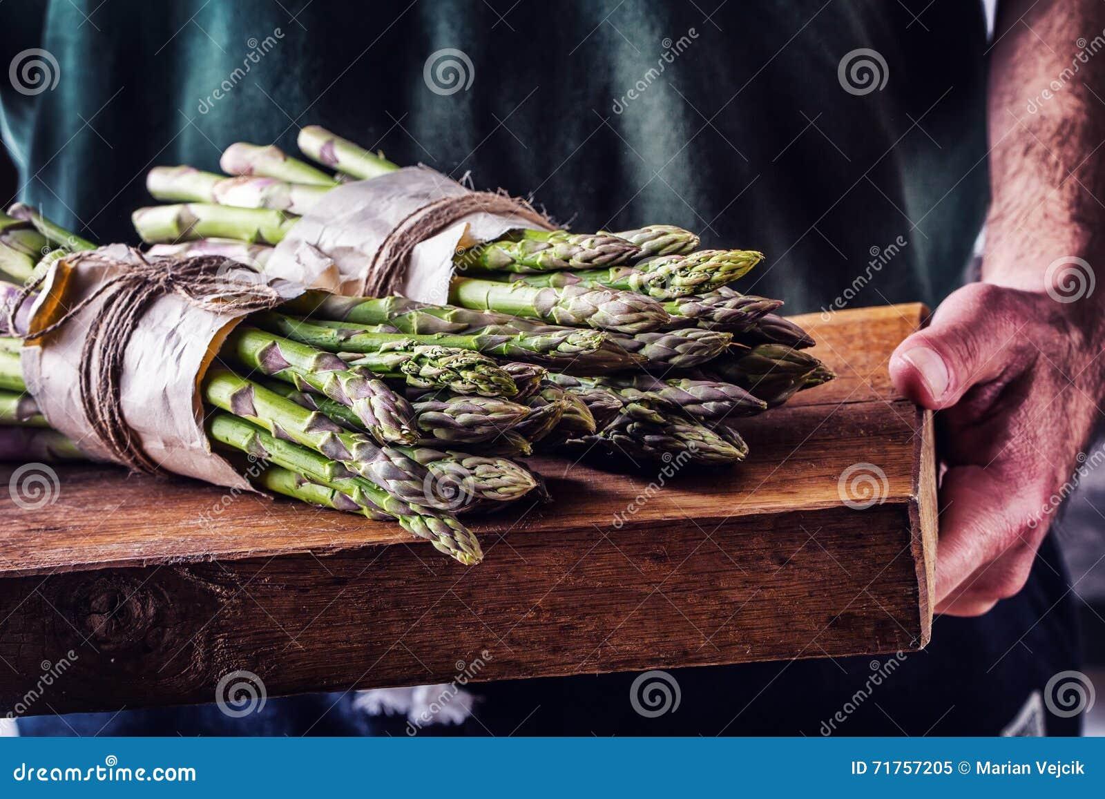 Asparago Asparago grezzo Asparago fresco Asparago verde Asparago legato in altre posizioni L agricoltore porta l asparago legato