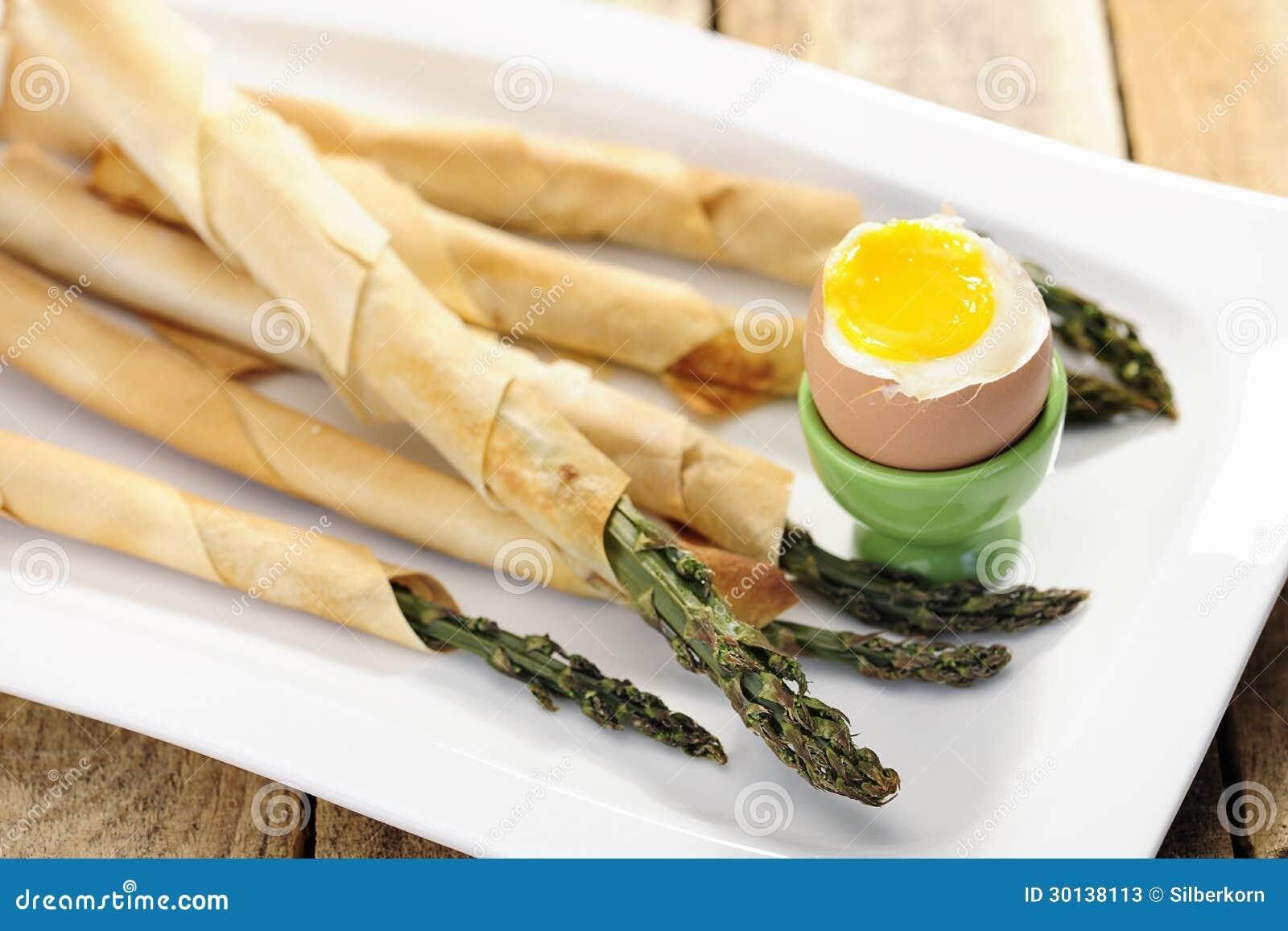 Jedzenie: Asparagus zawijający w cienkim ptysiowym cieście z miękkiej części gotowanym jajkiem