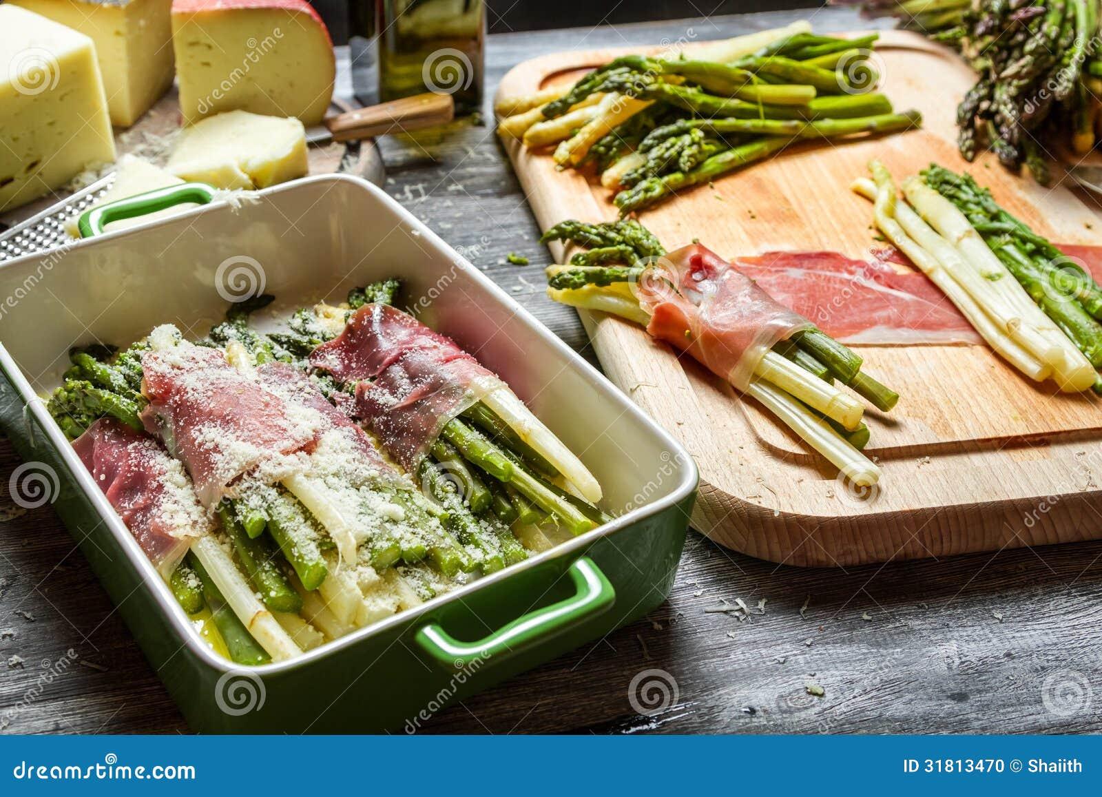 Asparagus zawijający w Parma baleronie z serem