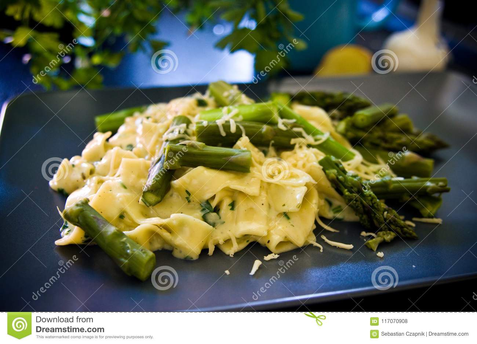 Aspargo do alimento com massa e queijo italianos