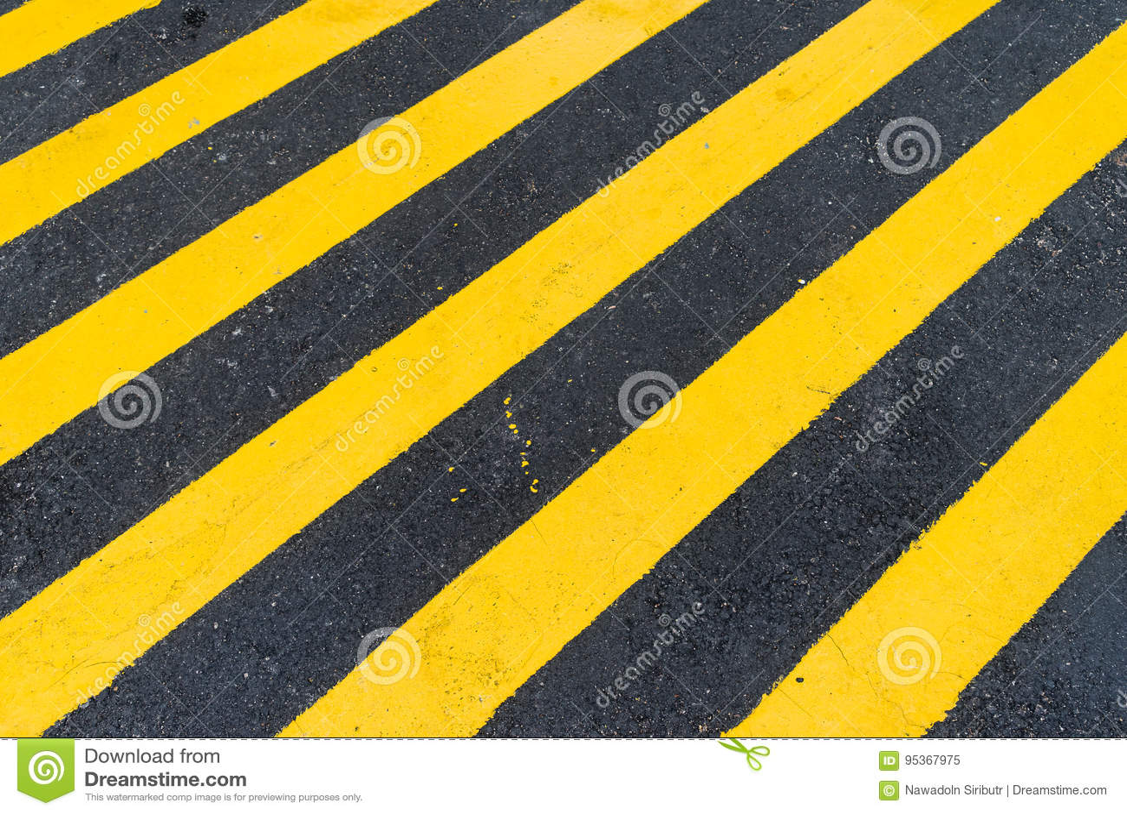 Asphalt Background con la raya amonestadora negra y amarilla diagonal