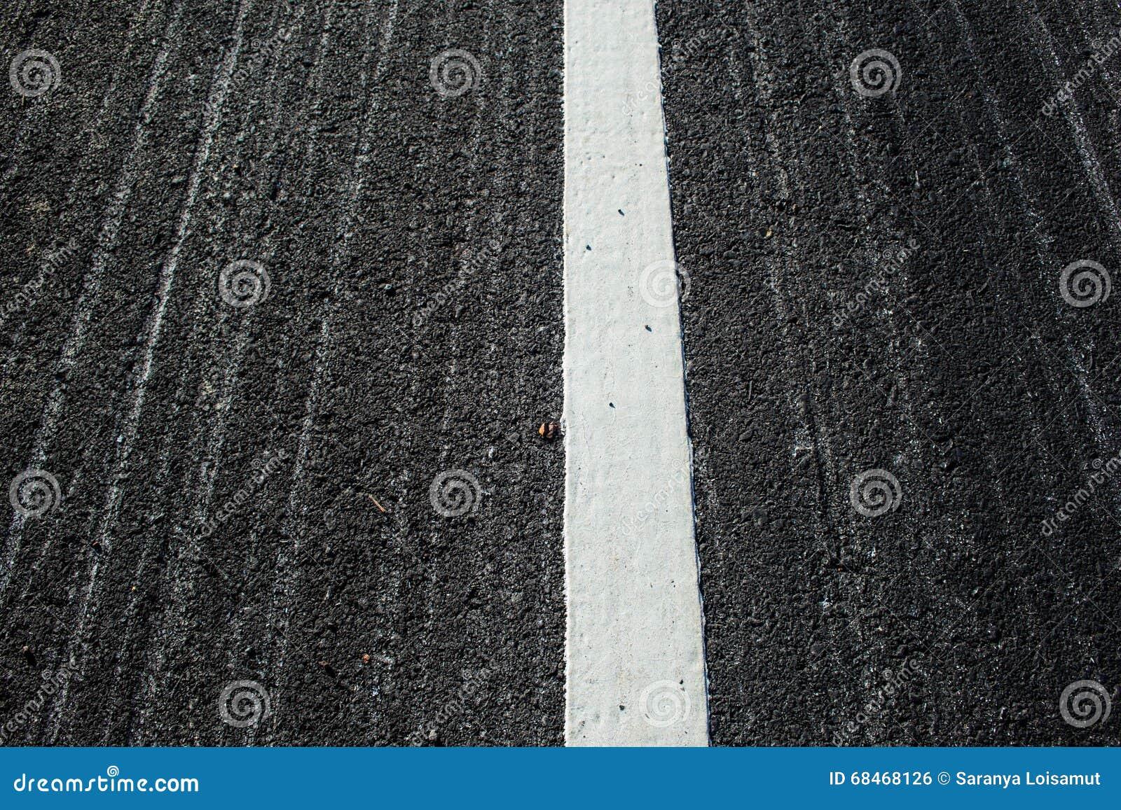 asphalte avec la ligne blanche de route photo stock image du long lecteur 68468126. Black Bedroom Furniture Sets. Home Design Ideas