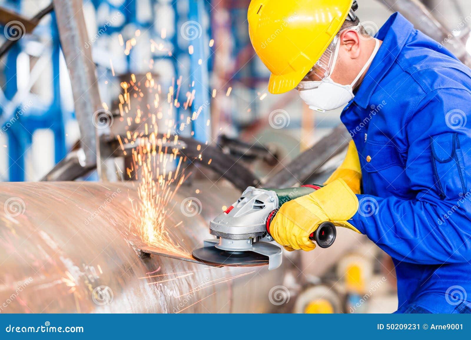 Asphaltieren Sie Arbeitskraft in reibendem Metall der Fabrik der Rohrleitung