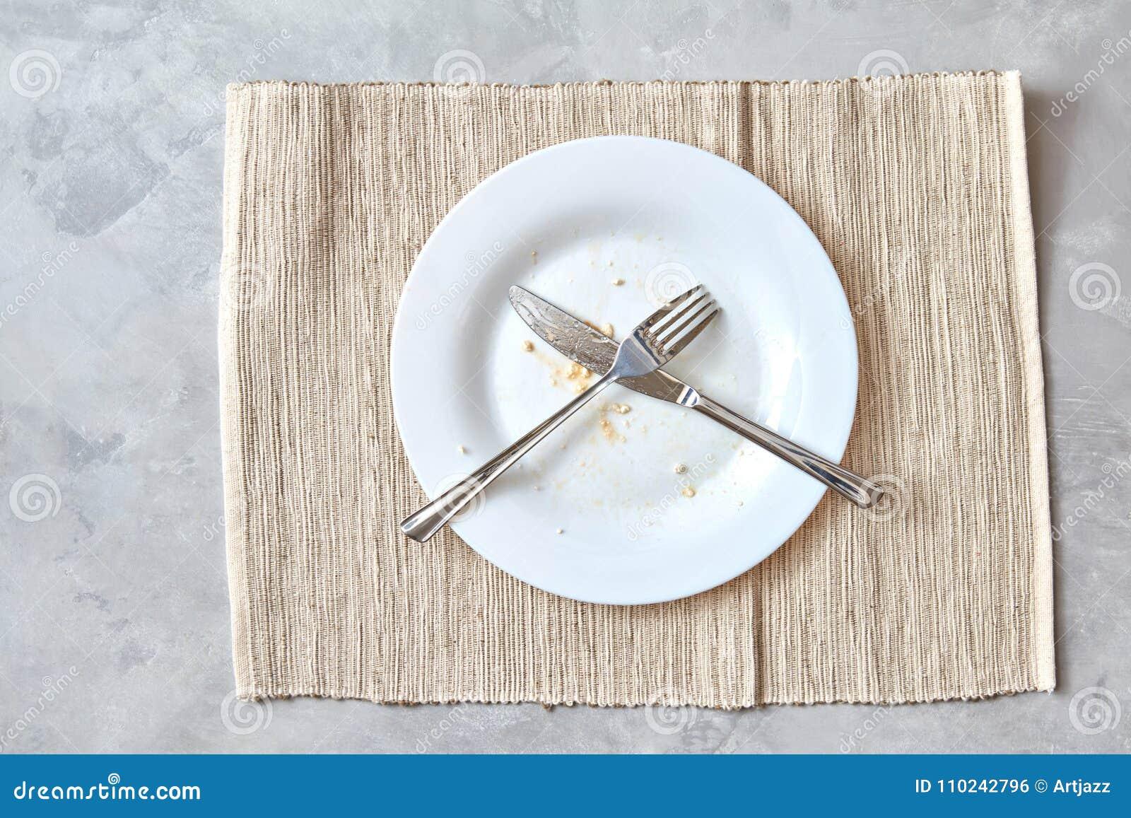 Asphaltieren Sie Gabel und Messer auf einer Steintabelle Anordnung für Tischbesteck nach Mahlzeiten