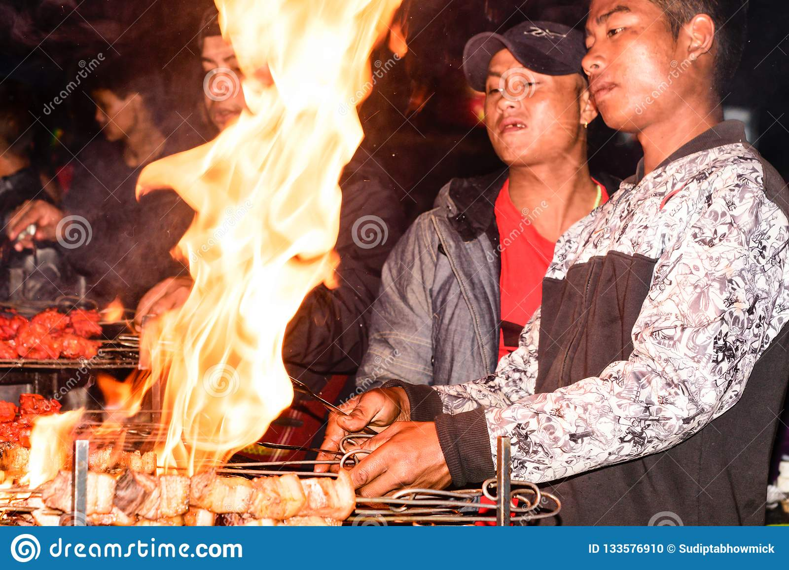 Assam, Indien am 6. Mai: Ein Mann, der Kebab auf Grillgrill über Holzkohle vorbereitet Roastbeef auf BBQ-Grill Mariniertes shashl