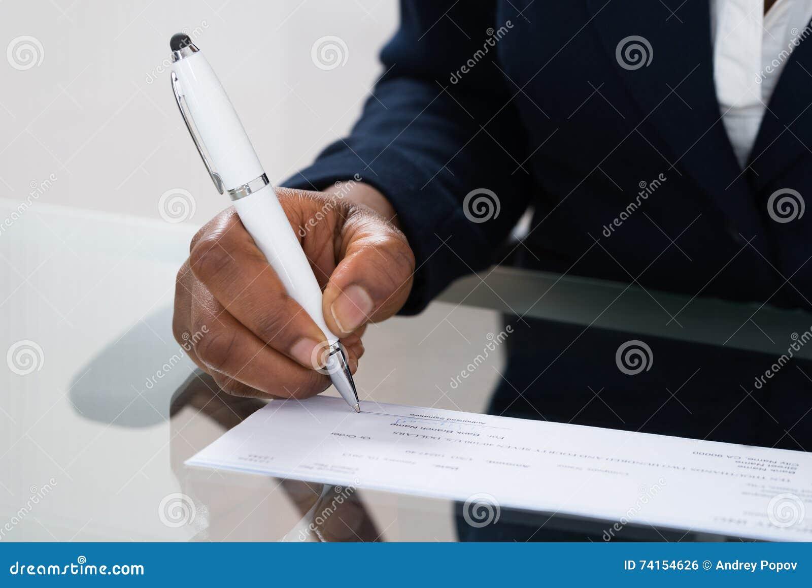 Assegno di firma della mano della persona