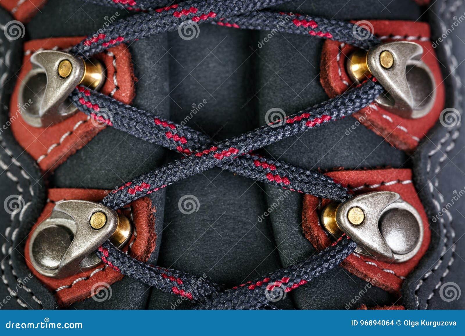 A asseguração dos laços em botas para a montanha caminha