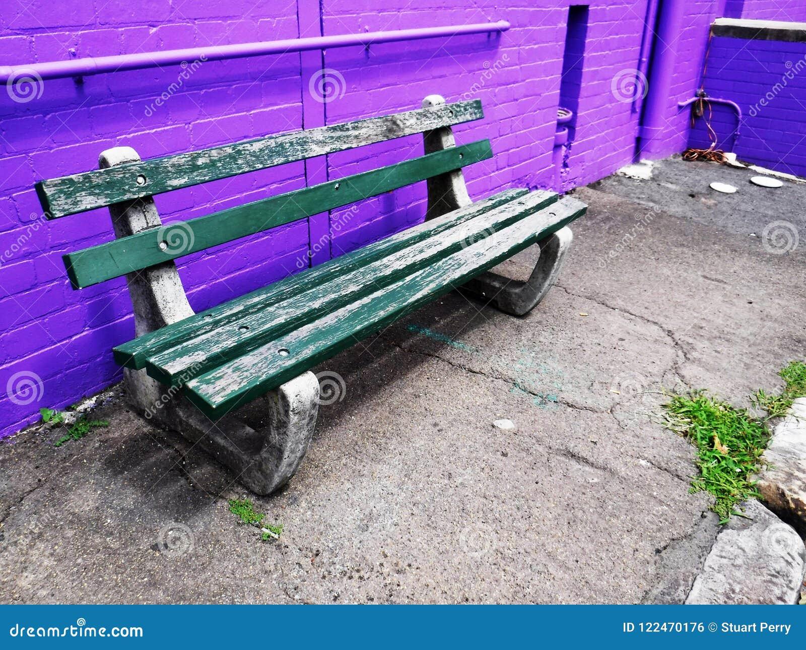 Assento contra a parede de tijolo