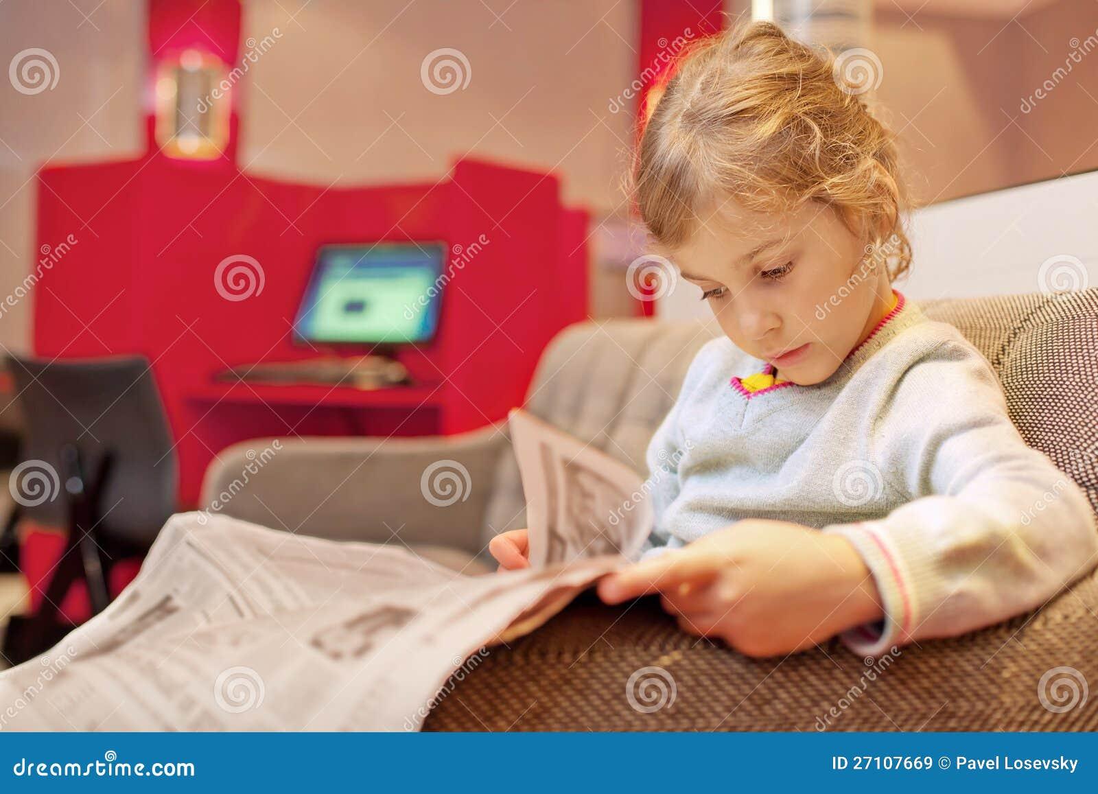 Assento da menina e jornal lido