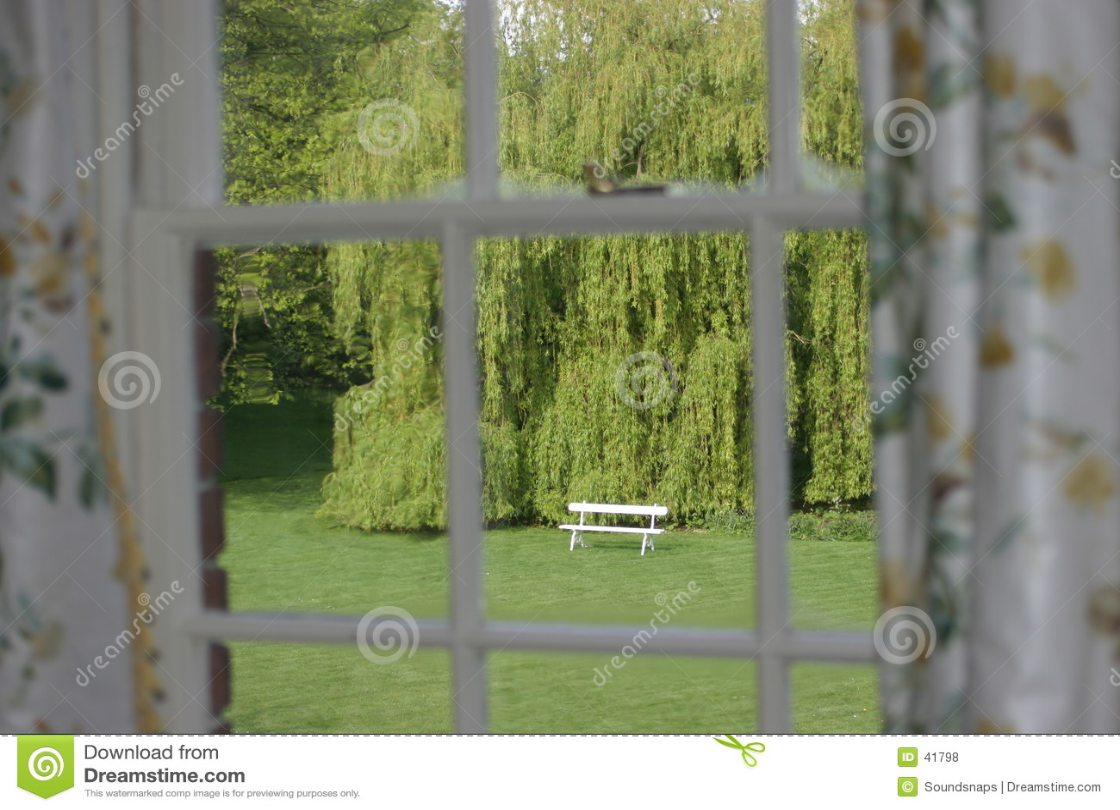 Assento de jardim visto através do indicador