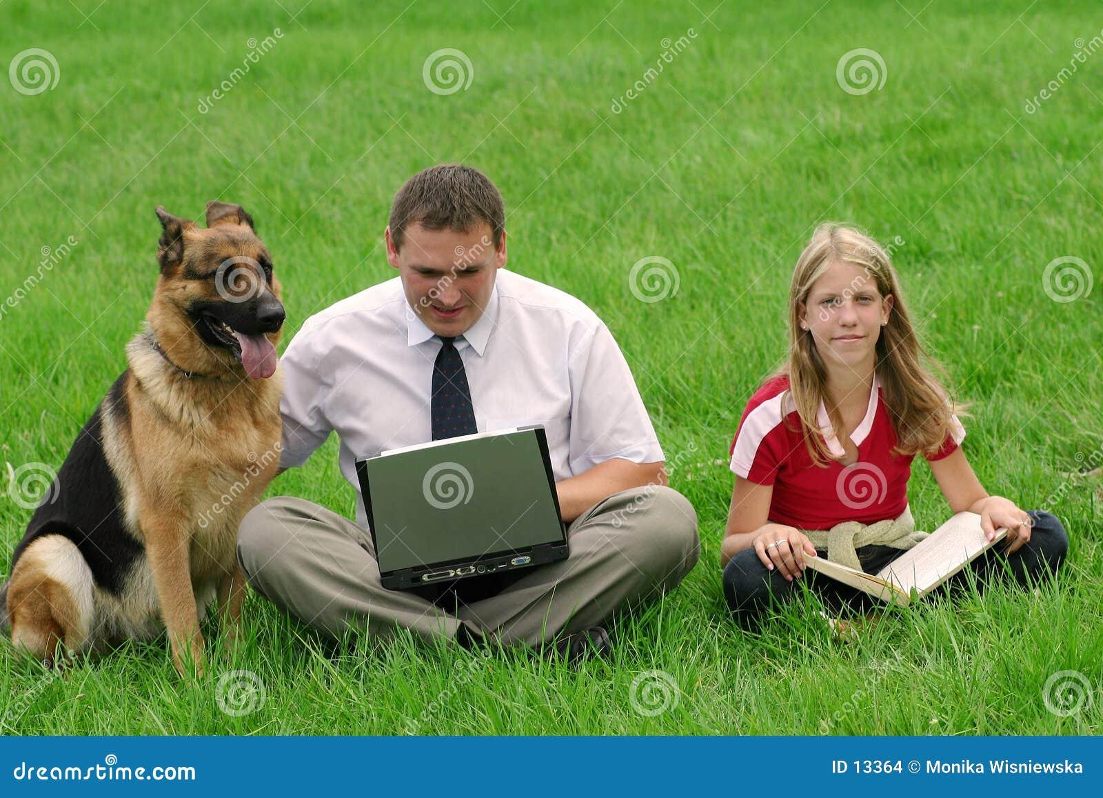 Assento do homem, da menina e do cão