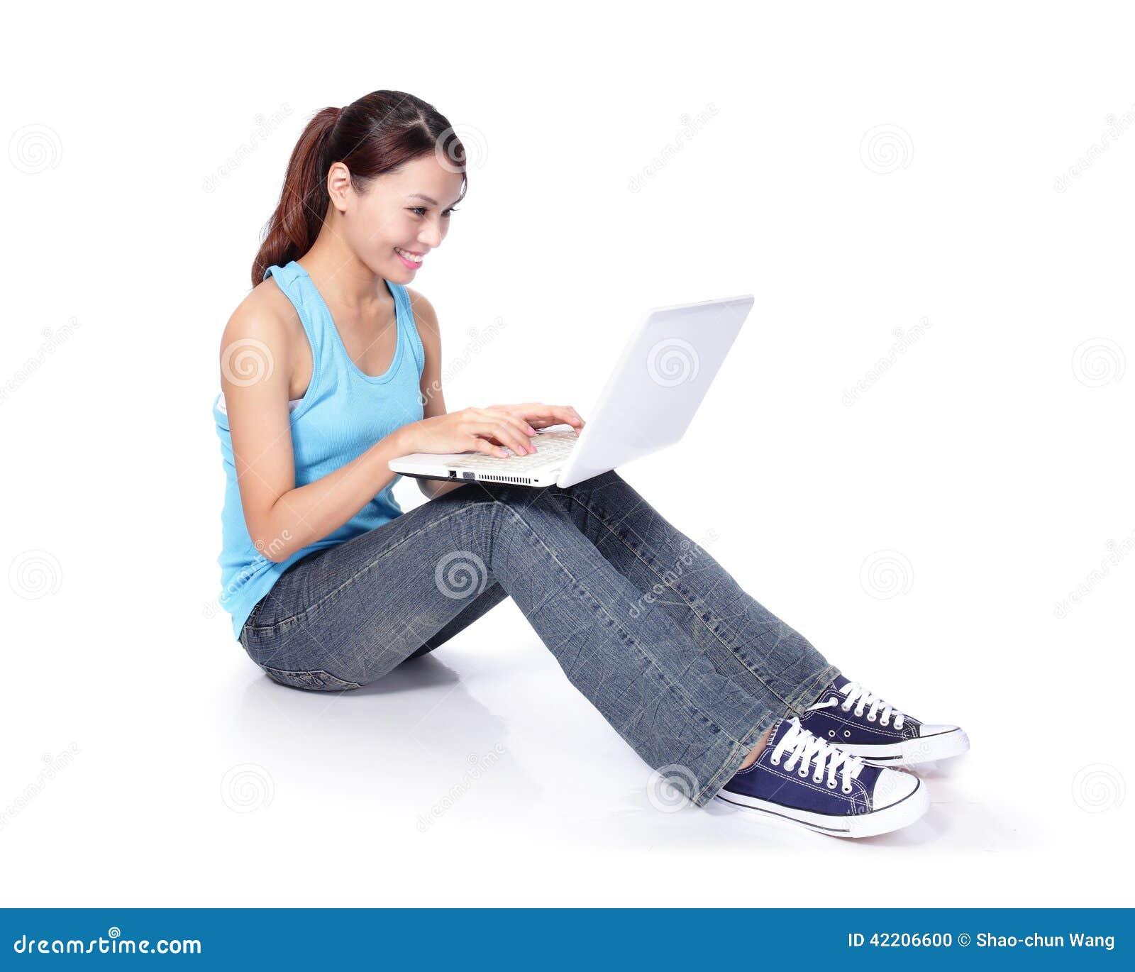 Assento feliz do estudante de mulher com portátil