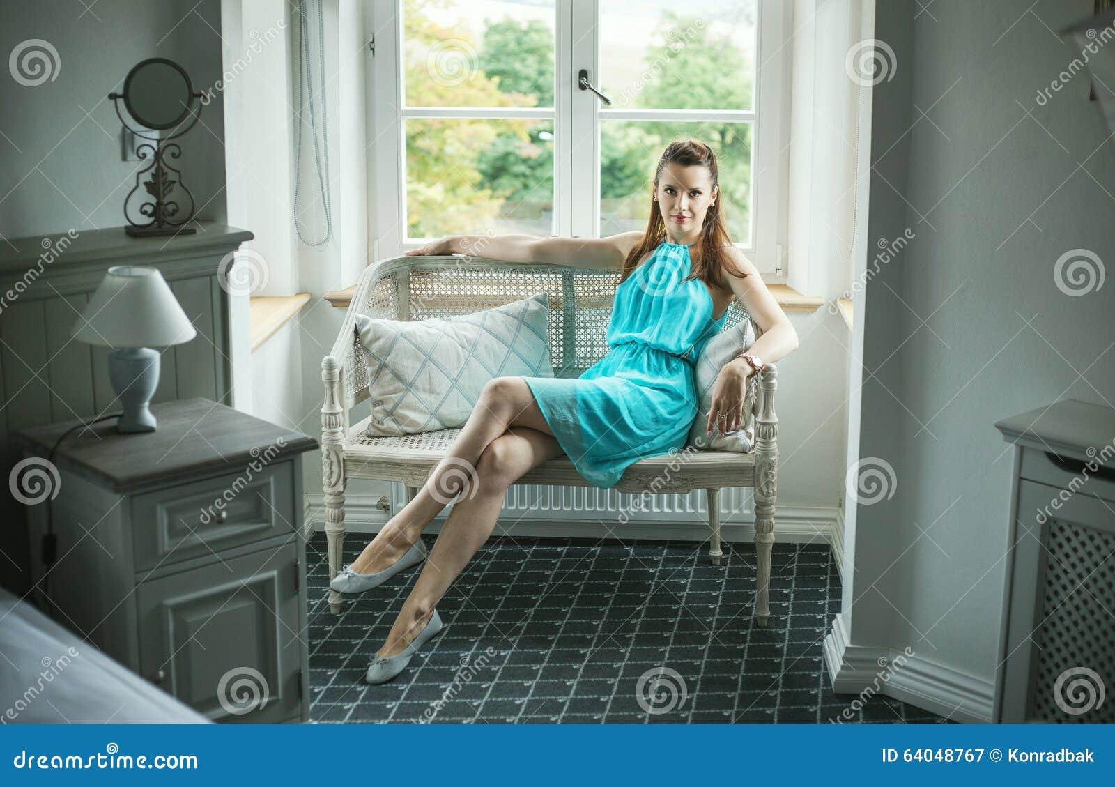 Assento moreno bonito no banco de vime
