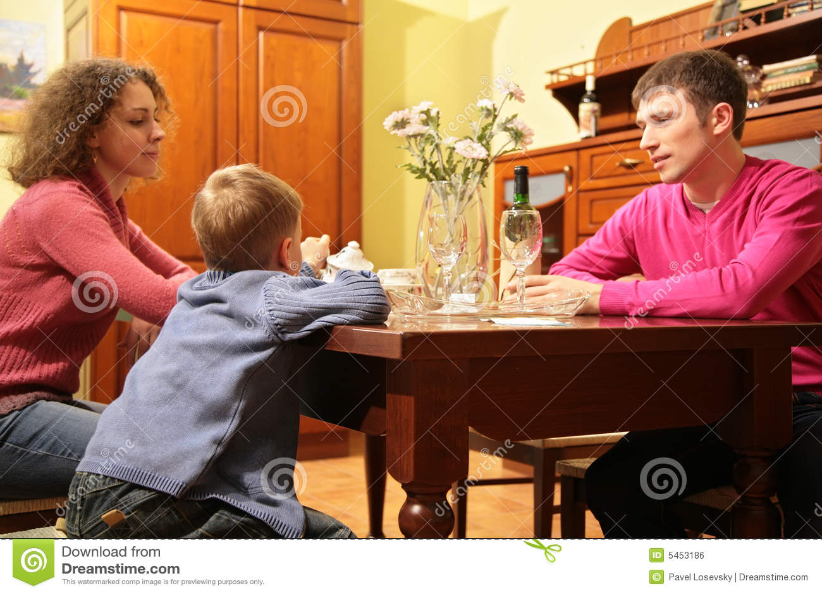 Assentos da família atrás da tabela