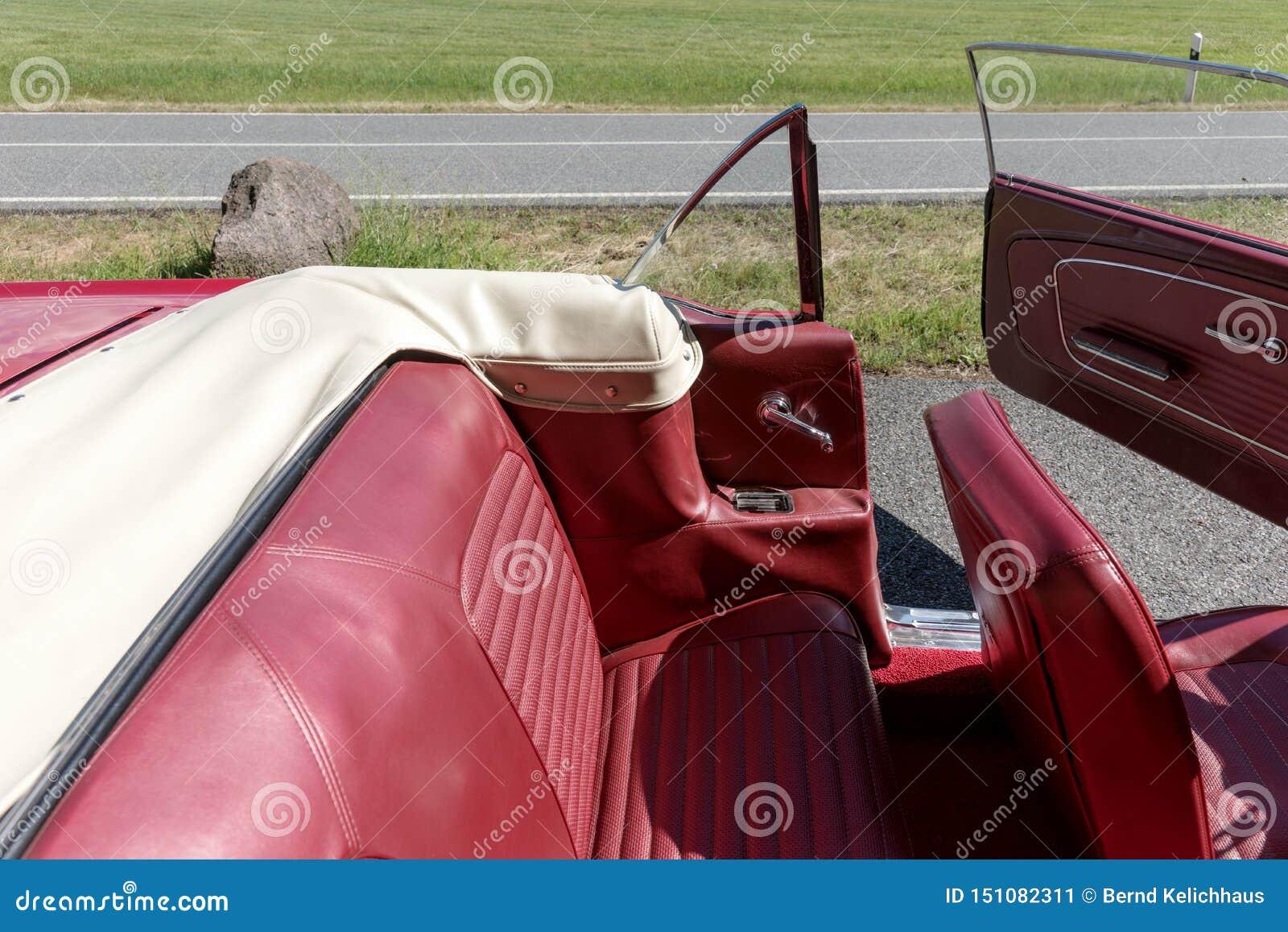 Assentos de couro no cabriolet nostálgico