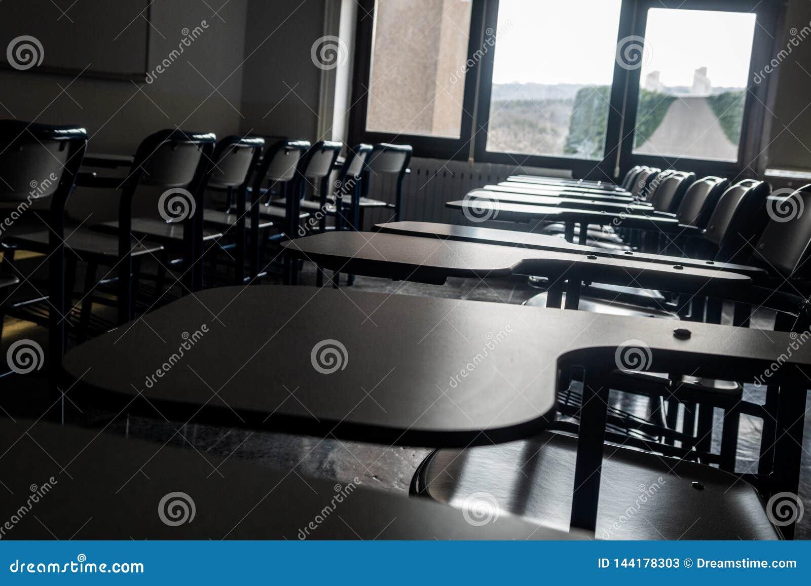 Assentos na sala de aula de uma escola