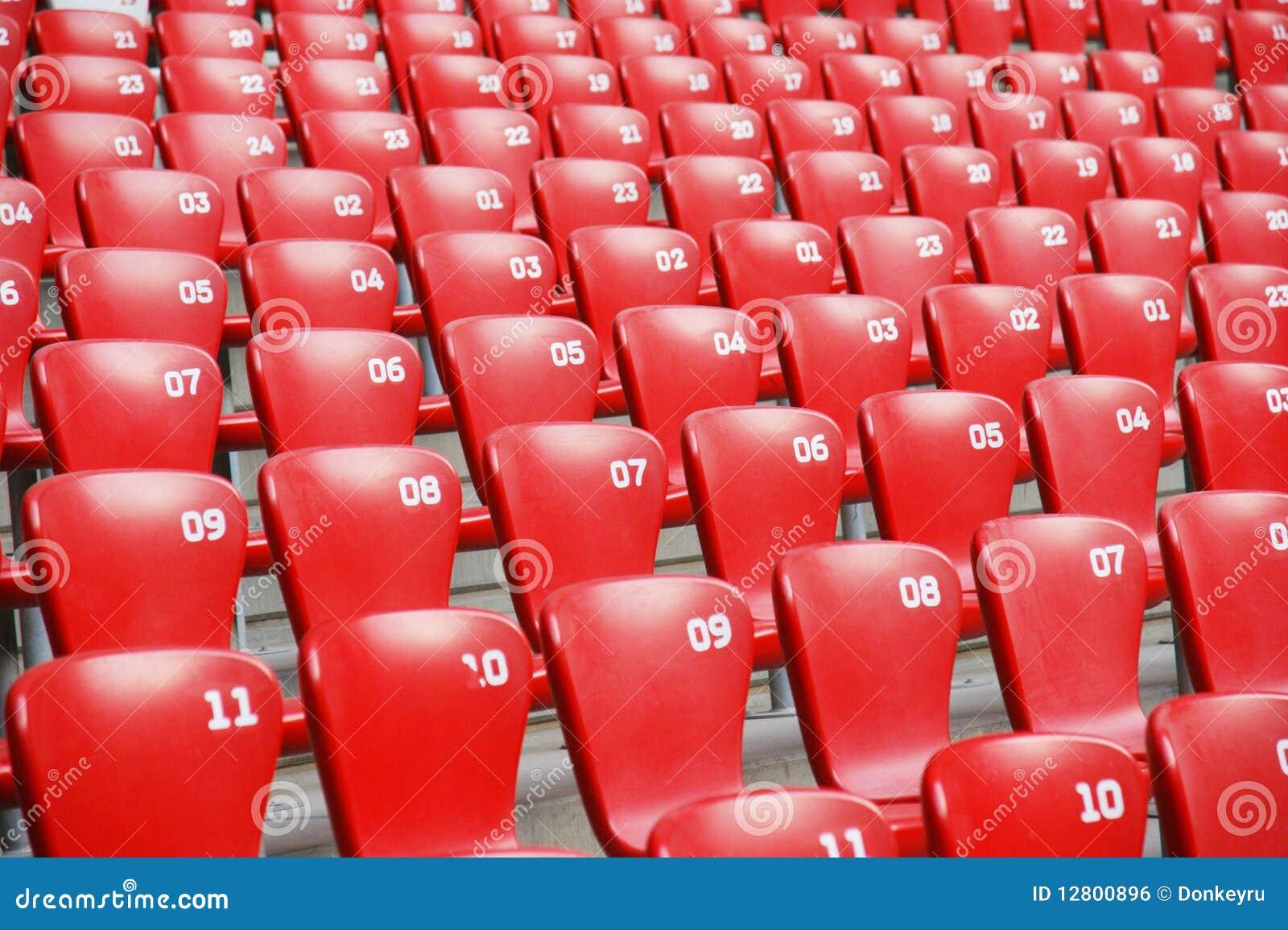 Assentos plásticos vermelhos no estádio