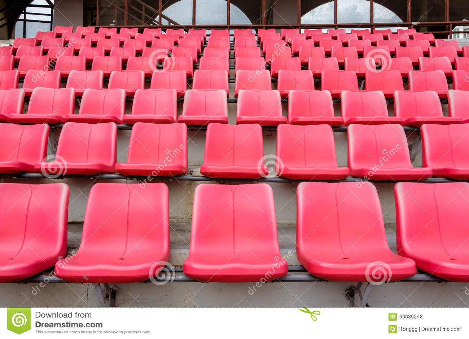 Assentos vermelhos no estádio de futebol