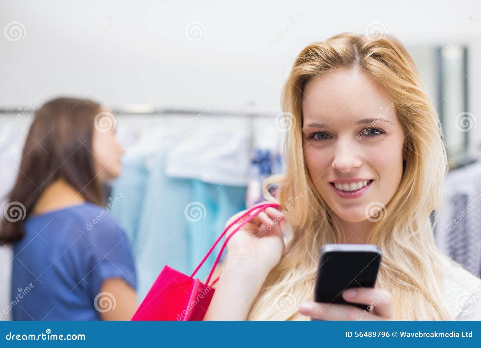 Assez blond envoyant un message textuel