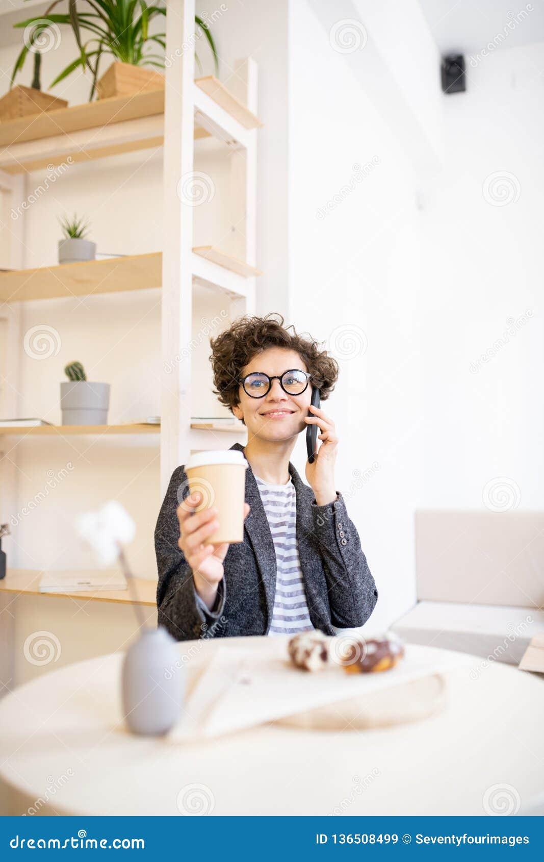 Assez dame travaillant en café