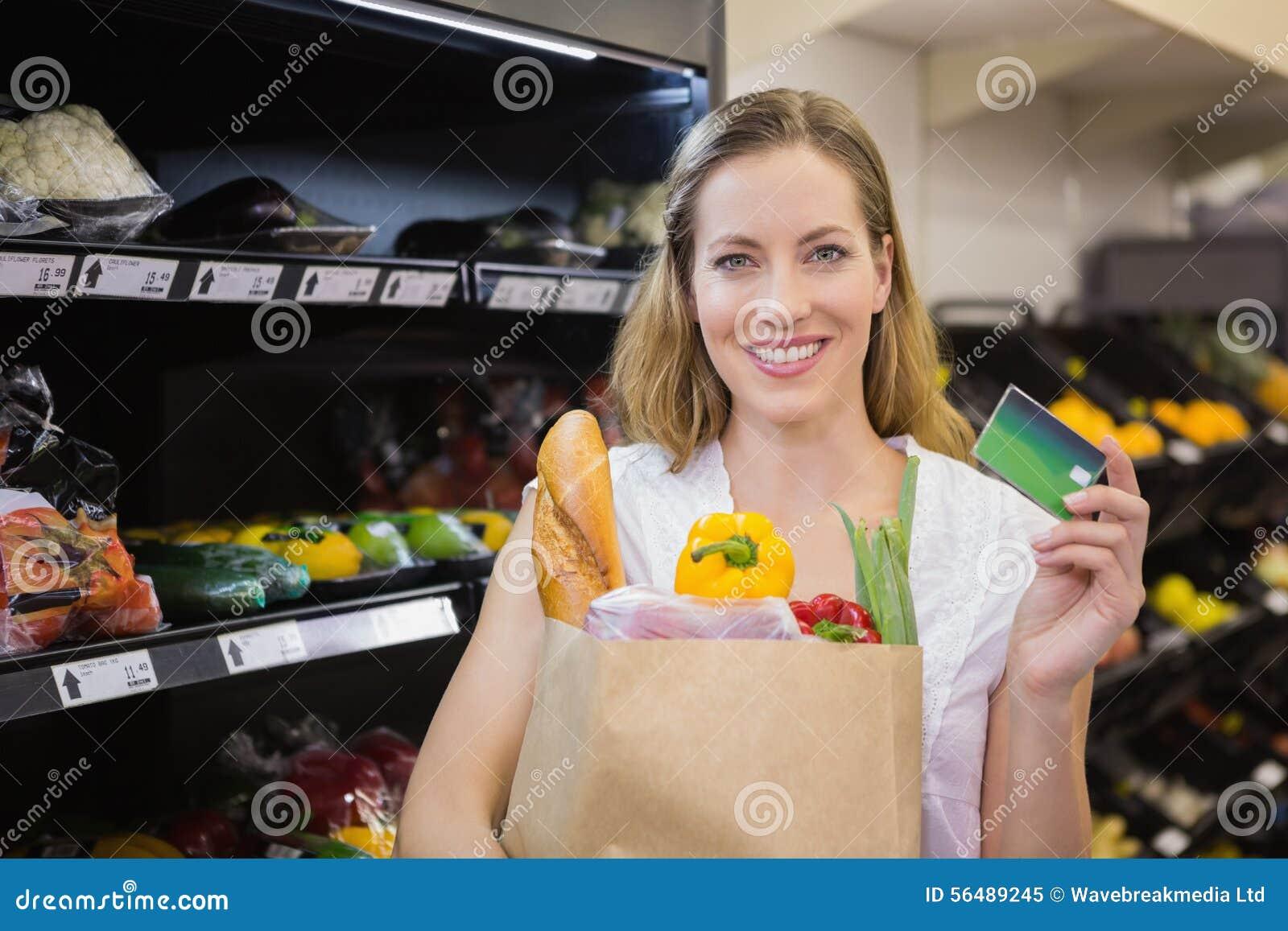 Assez un blond avec un sac d épicerie