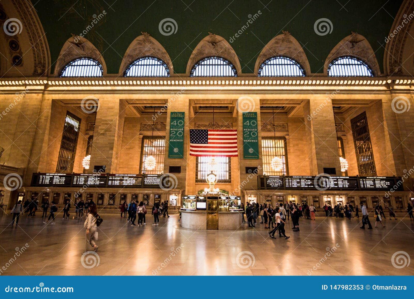 Assinantes e turistas na estação central grande em New York