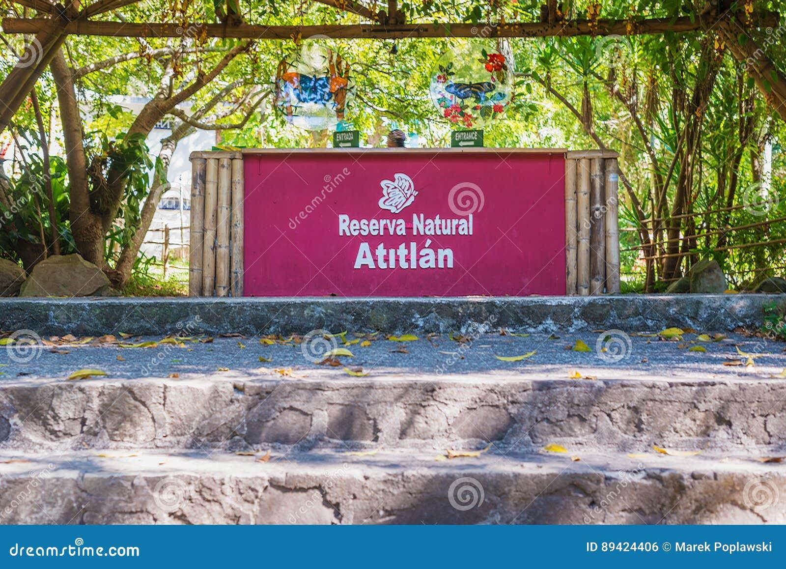 Assine na entrada ao parque natural situado em Panajachel,