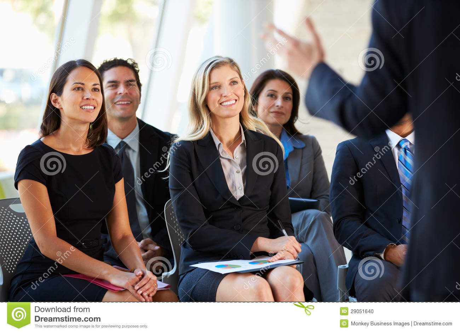 Assistance écoutant la présentation à la conférence