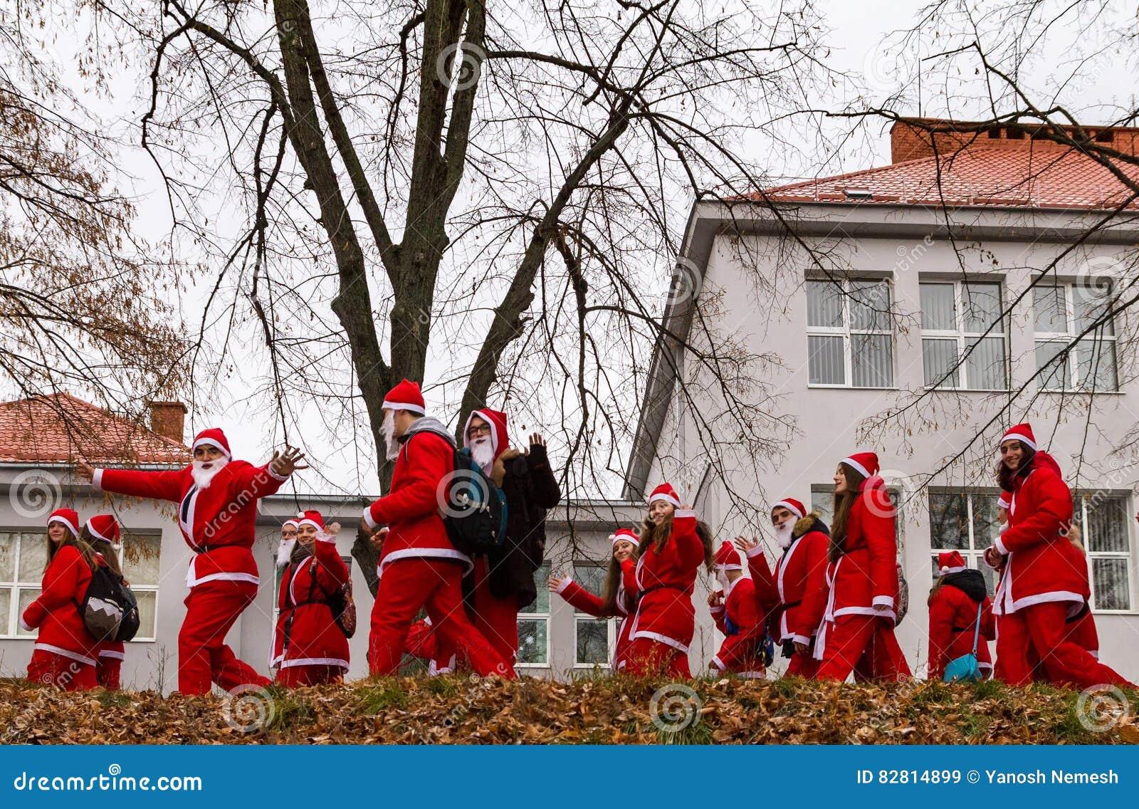 Assistants de défilé de Saint-Nicolas dans Uzhgorod