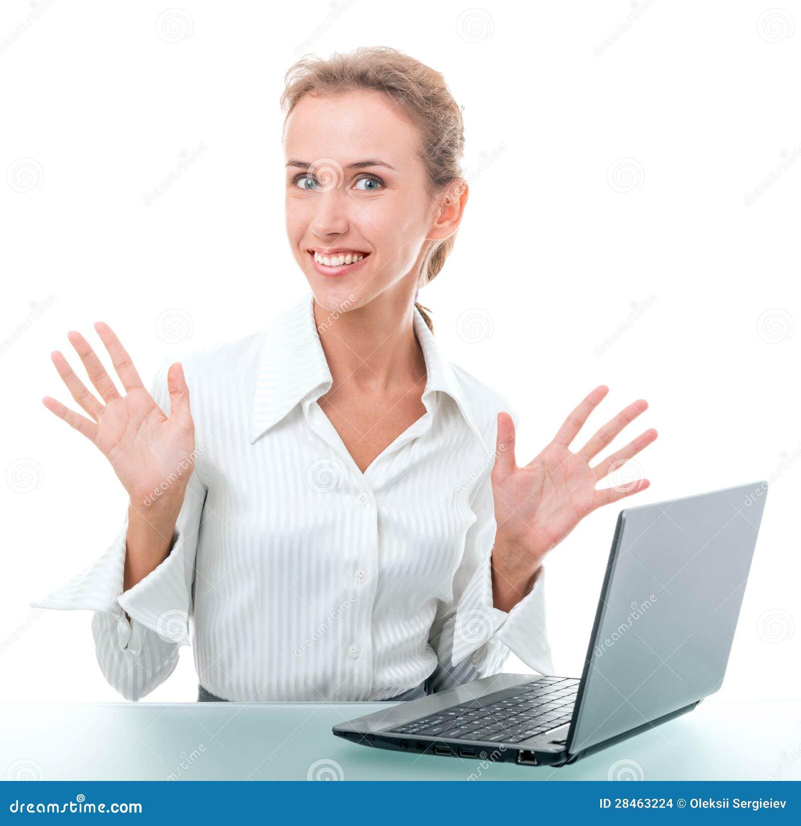 Assistente amministrativo amichevole allo scrittorio con un computer portatile