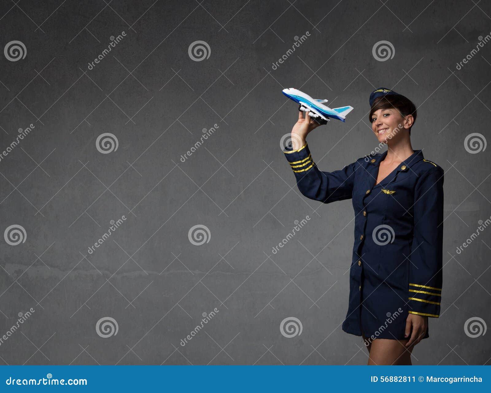 Assistente di volo che plaing con un aereo del giocattolo