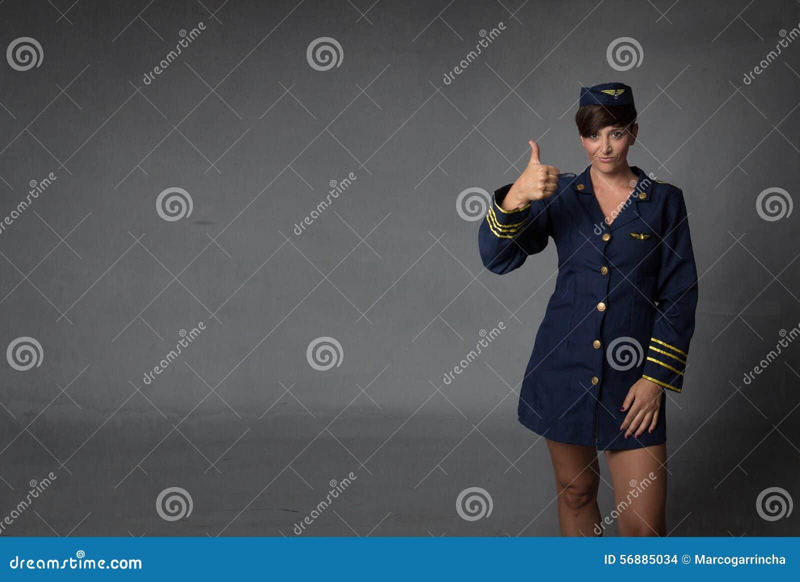 Assistente di volo che sfoglia su