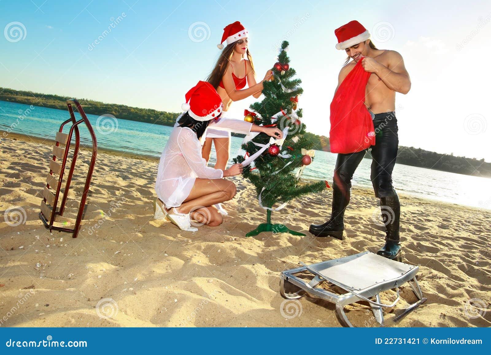 Assistente e santa della santa alla spiaggia tropicale - Alla colorazione della spiaggia ...