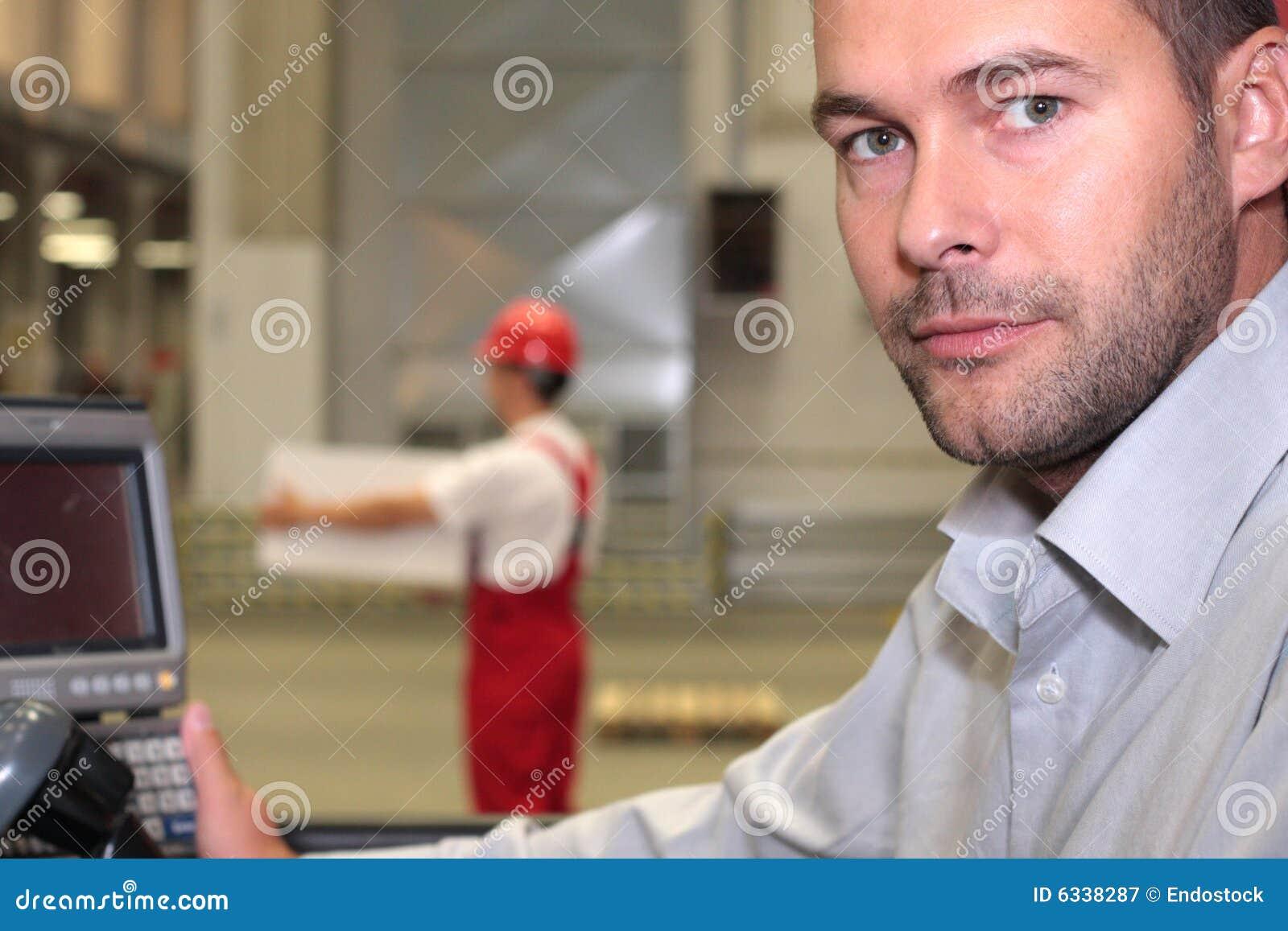 Assistente tecnico al pannello di controllo in fabbrica