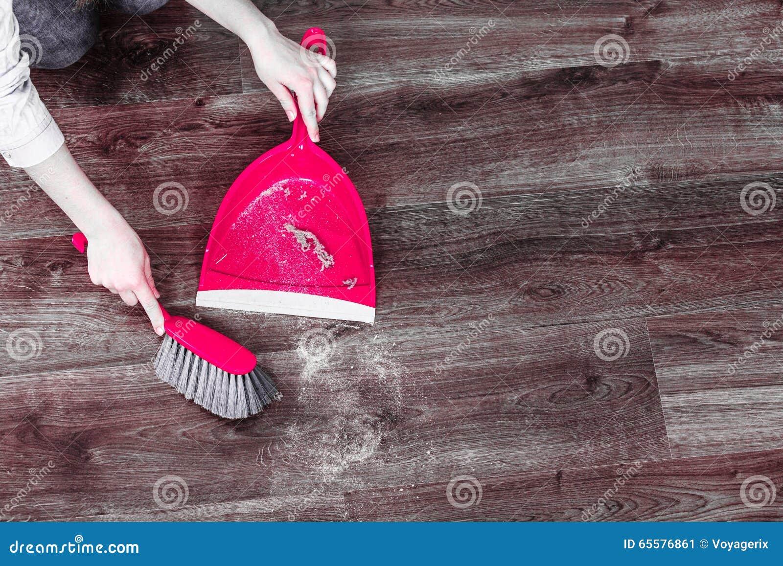 Assoalho de madeira arrebatador da mulher de limpeza